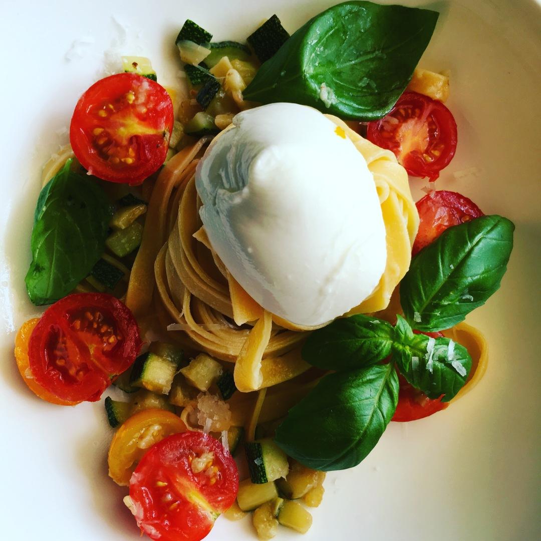 Fresh pasta with zuccini, tomatoes and mozarella