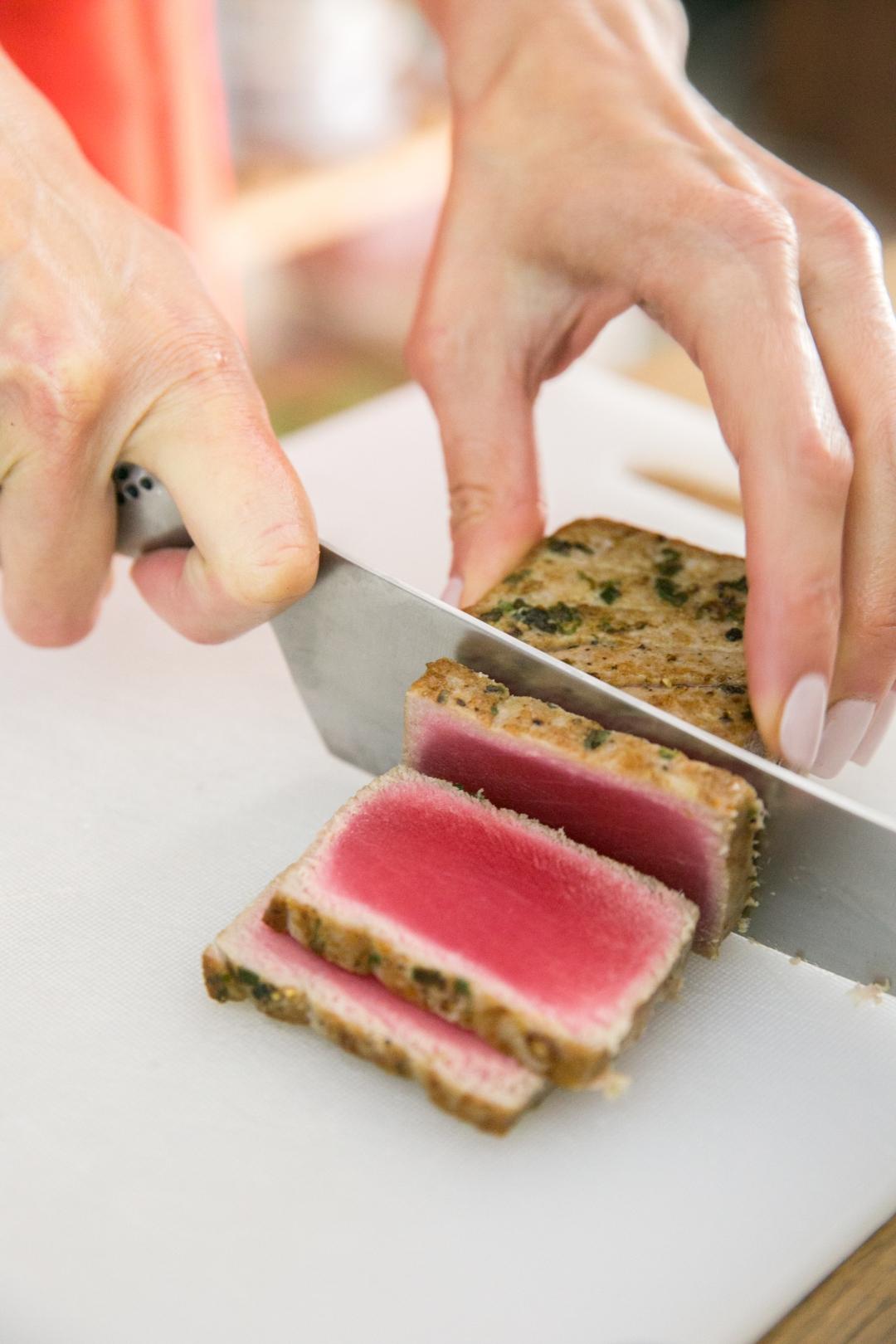 slicing seared tuna 1